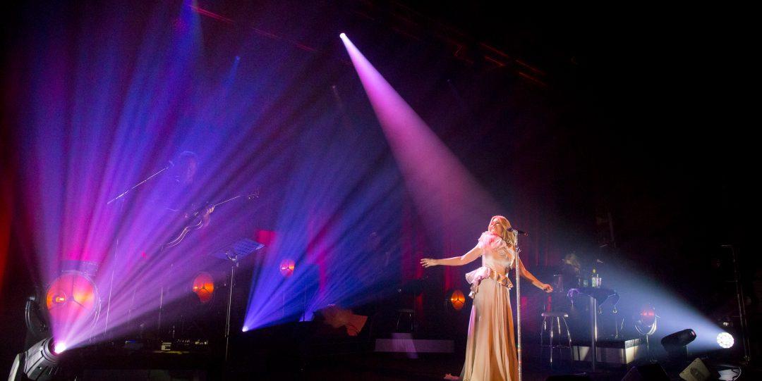 Jessica Andersson på scenen i hennes egna show.