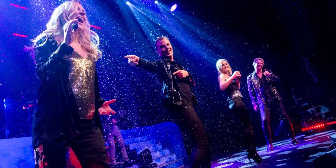 Christmas Night artisterna på scen.